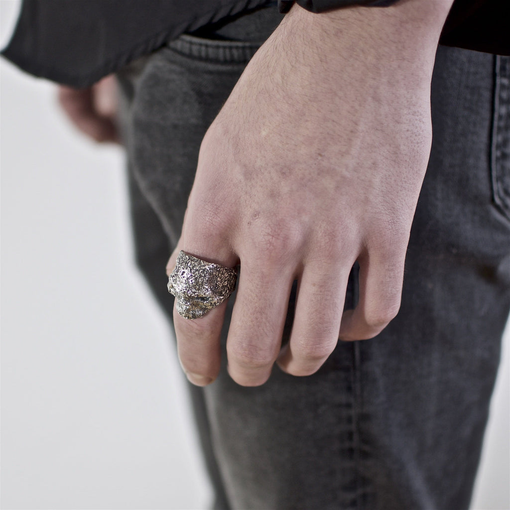 Skull ring Band oxid big. Shown on male hand model.