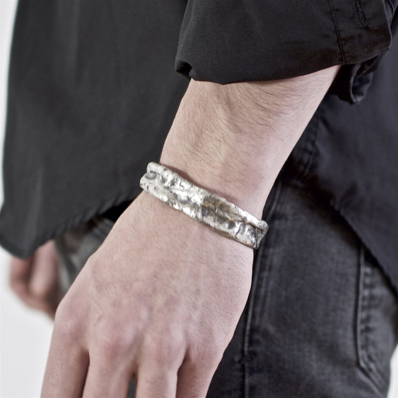 Men's bracelet Cuff oxid jonc. Shown on male hand model.
