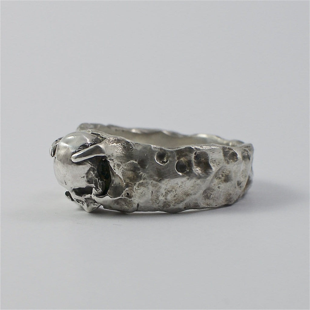 Skull ring Band stone. Side view left.