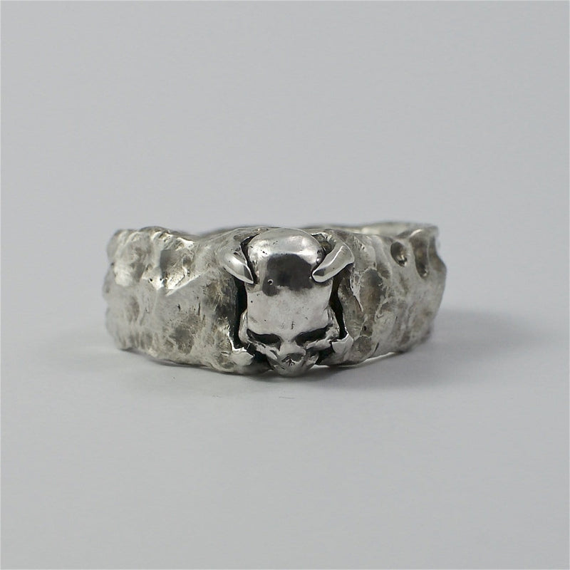 Skull ring Band stone. Front view.