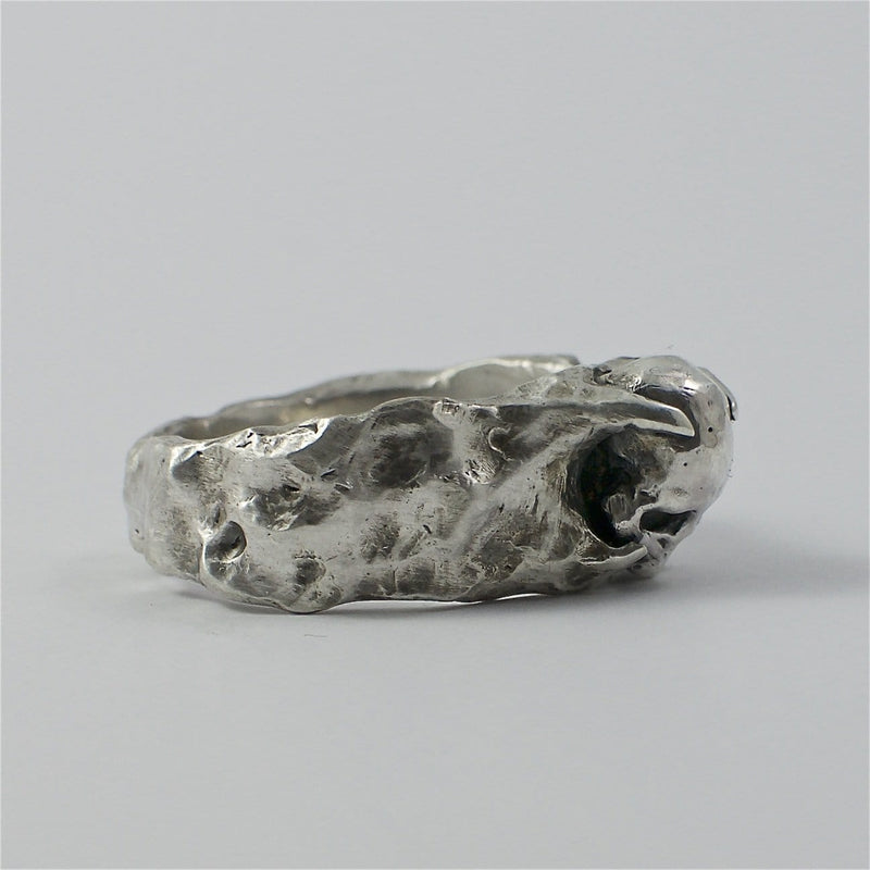 Skull ring Band stone. Side view right.