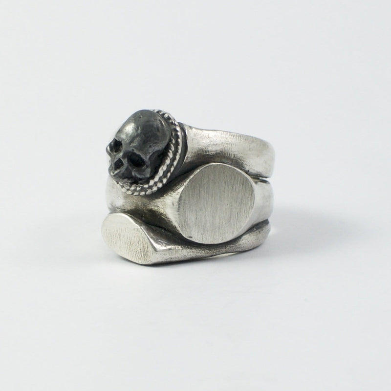 Men's ring Signet multiple skull. Front view left.