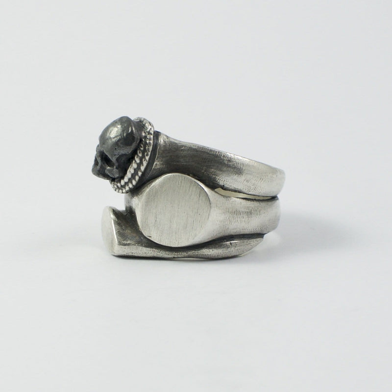 Men's ring Signet multiple skull. Side view left.