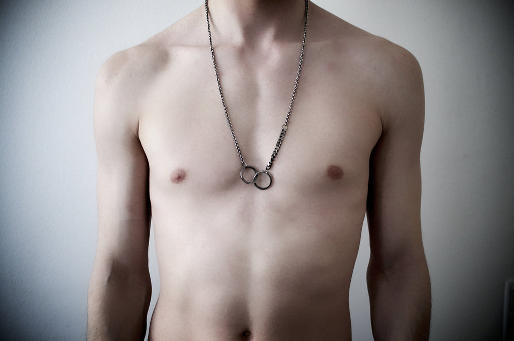 Men´s necklace double ring chain on model