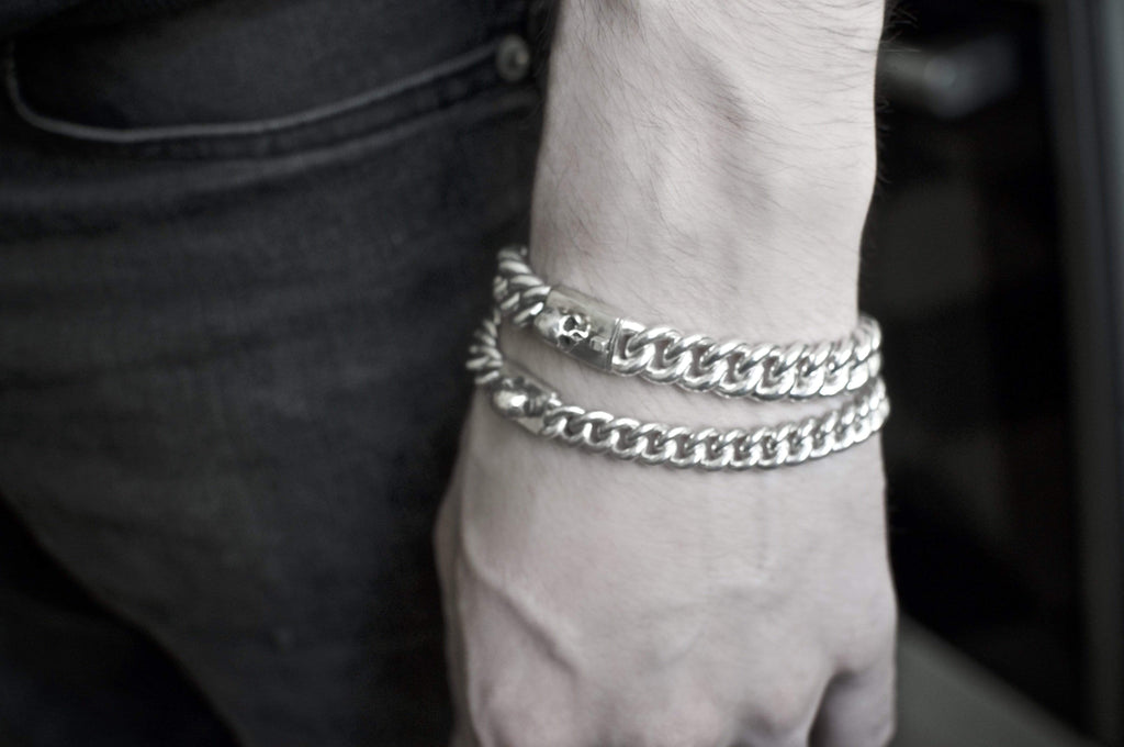 Men´s bracelet curb chain with skull on wrist