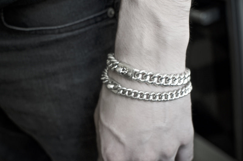 Men´s bracelet curb chain small with skull on model