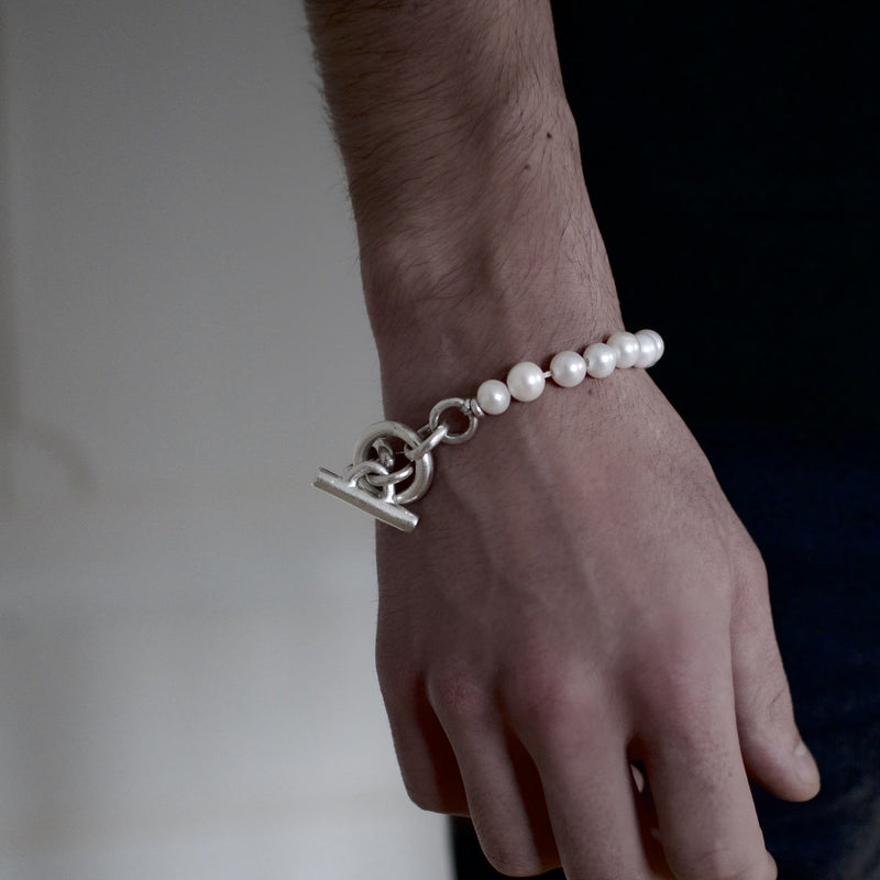 Men´s bracelet with fresh water pearls and solid sterling silver link on model