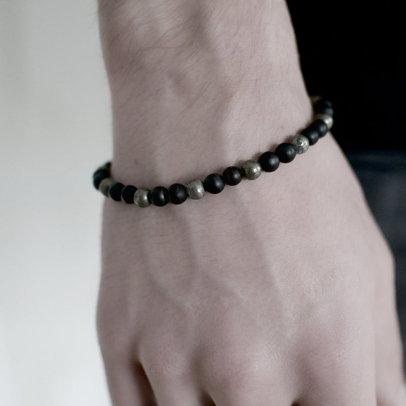 Men´s bracelet with black stone and piryte beads on model