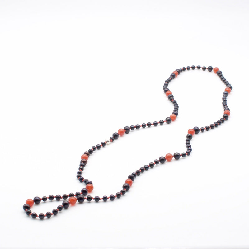 Men´s necklace with freshwater pearls. black and white.
