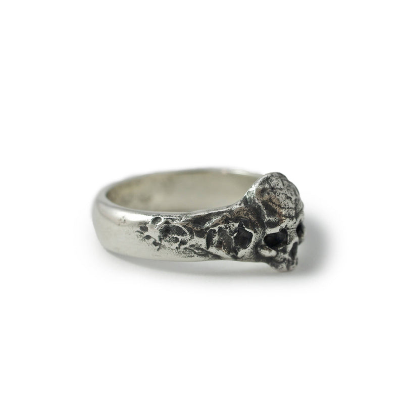 Skull ring Band thin. Front view right.