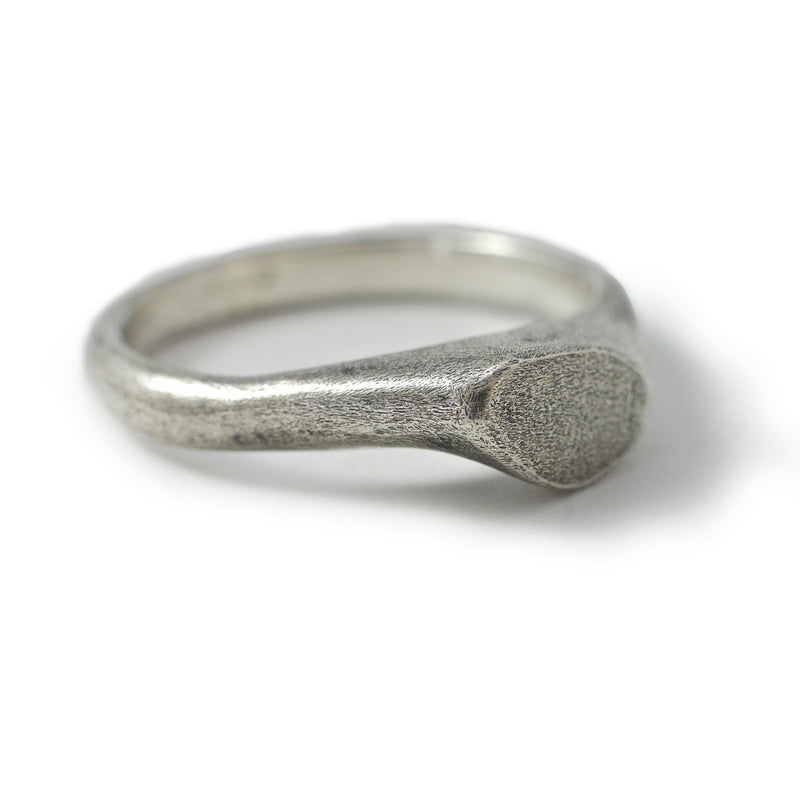 Men's ring Signet cliff thin. Front view right.