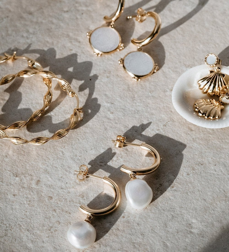 FOSSIL SHELL HOOPS (18K-GOLD-PLATED)