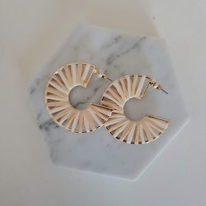 Rattan circle earrings - Natural and gold