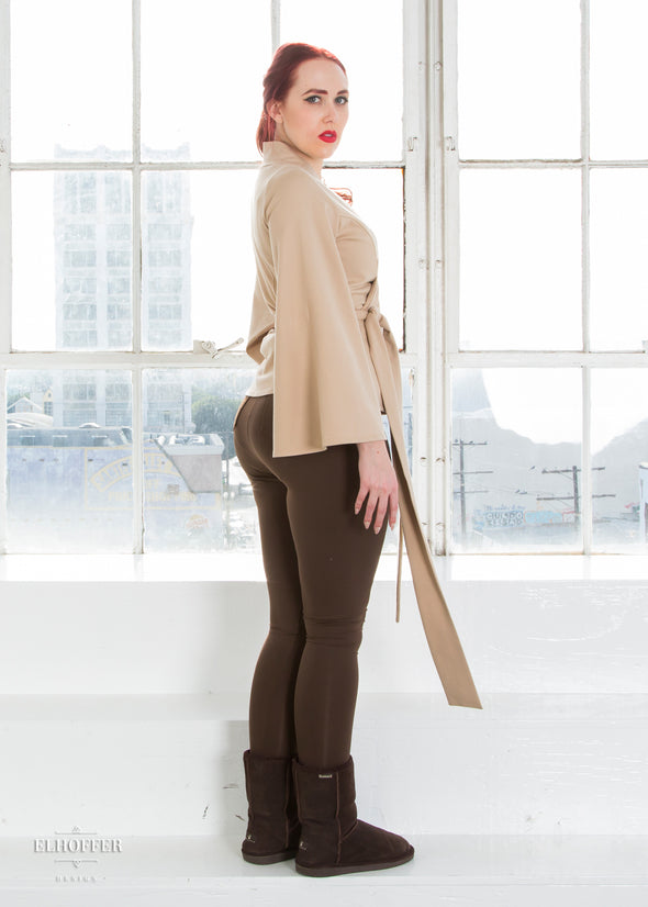 Kelsey pairs our sand wrap top with our brown high waisted leggings.