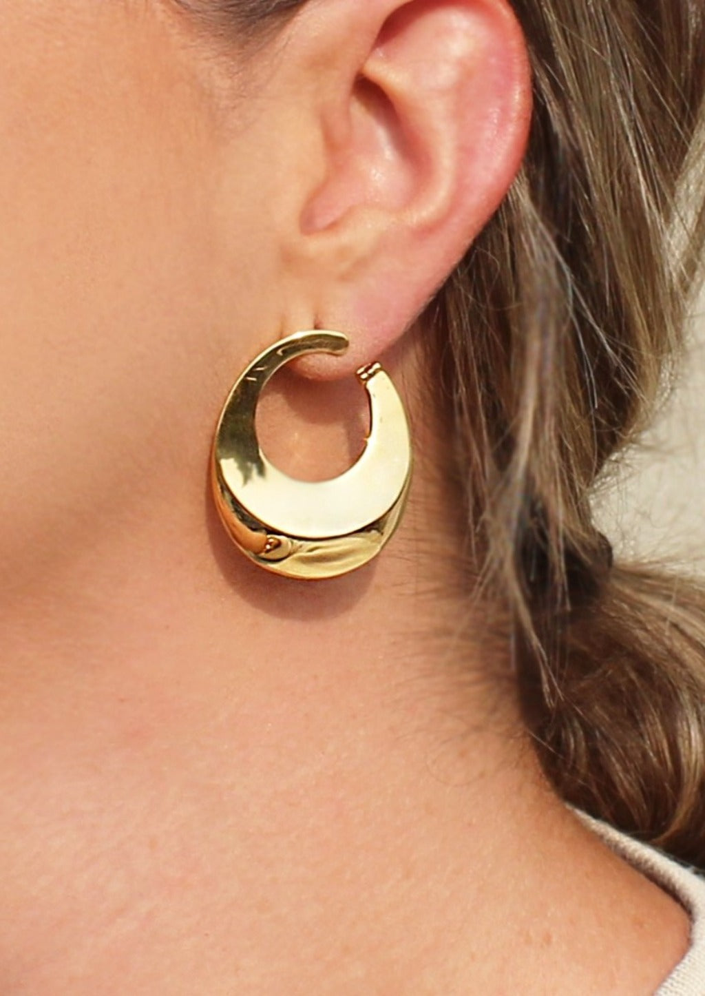 Artistry Front Facing Hoop Earrings - Gold