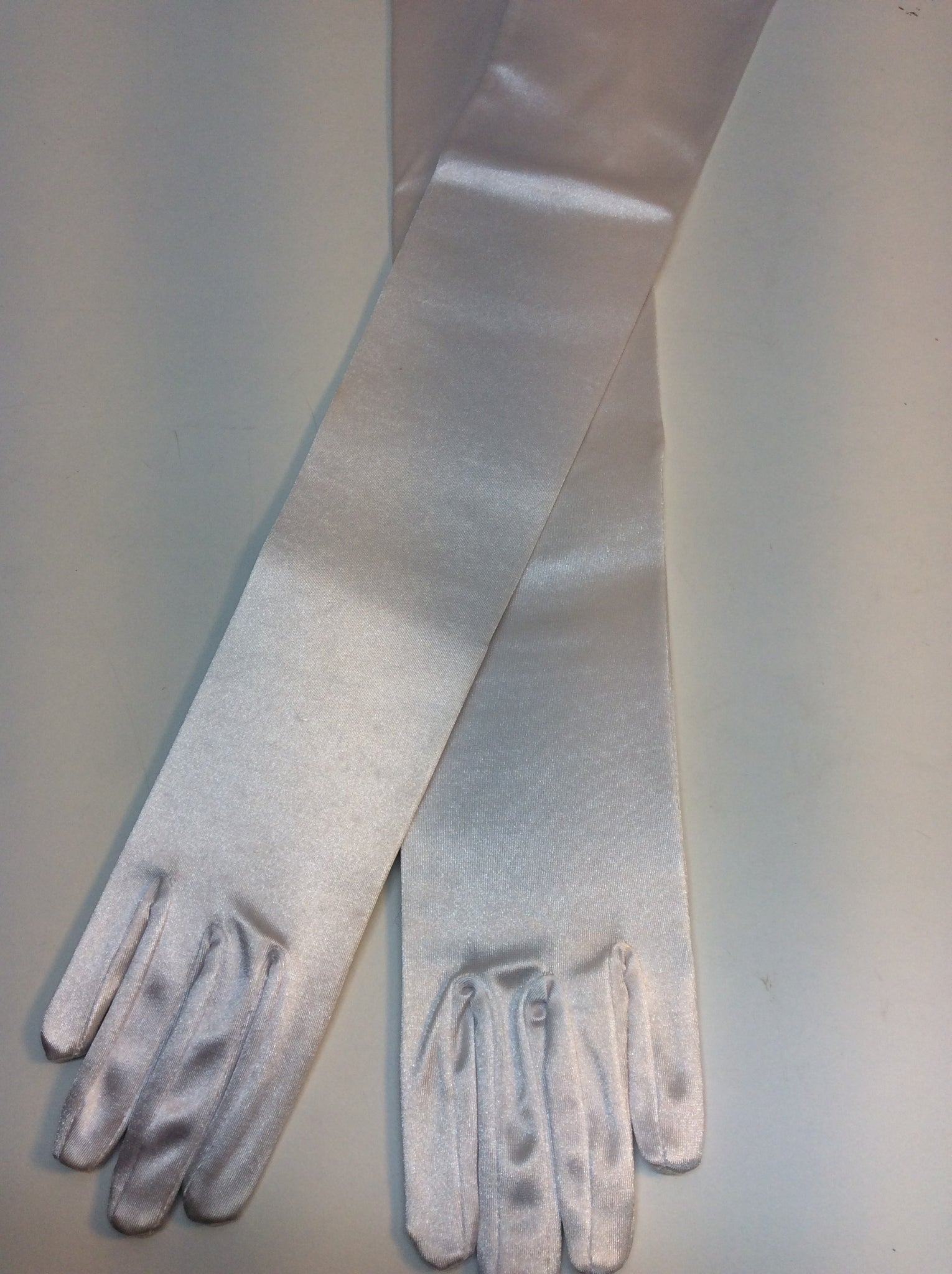 Long  white satin evening gloves alla Audrey Hepburn