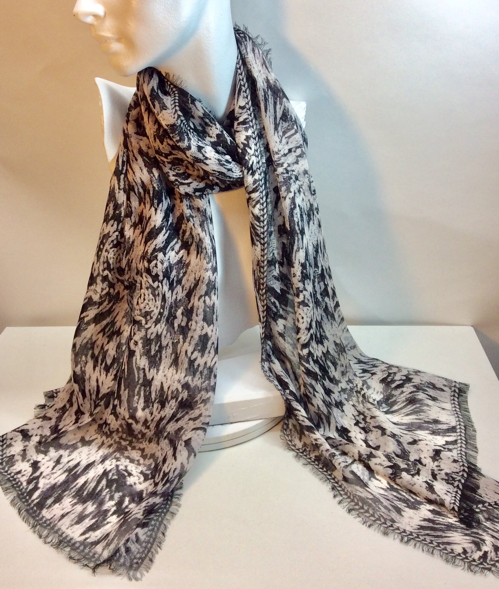 Black and white model scarf with fringe