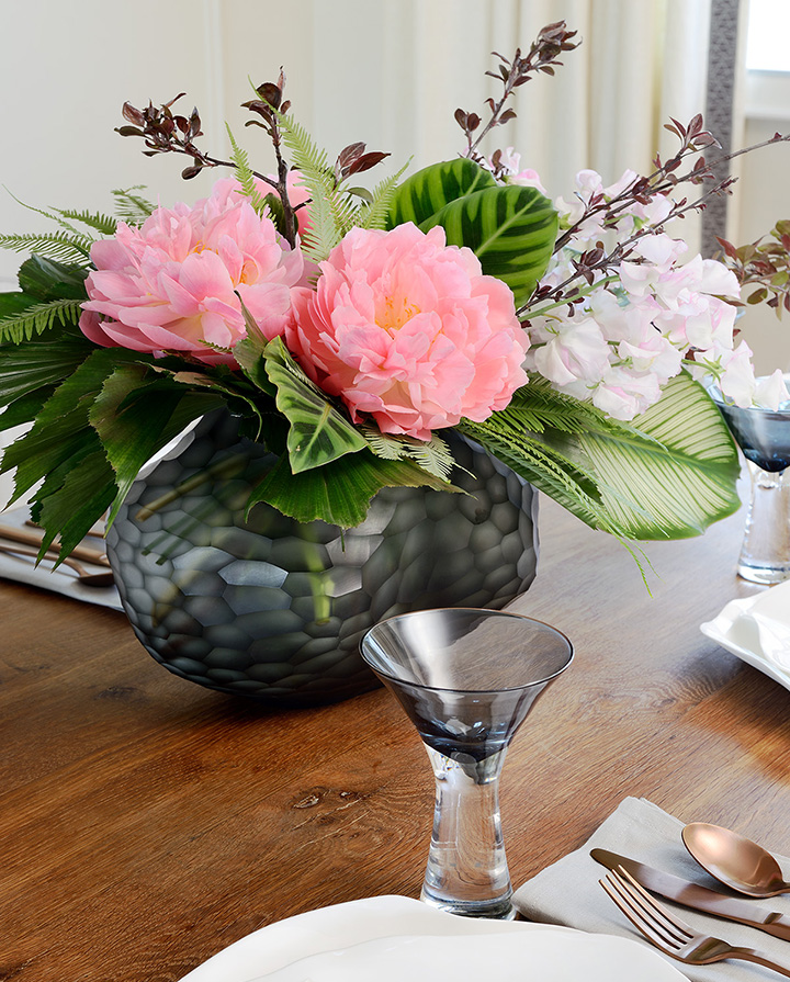 fresh-pink-flowers-dining-table-centerpiece