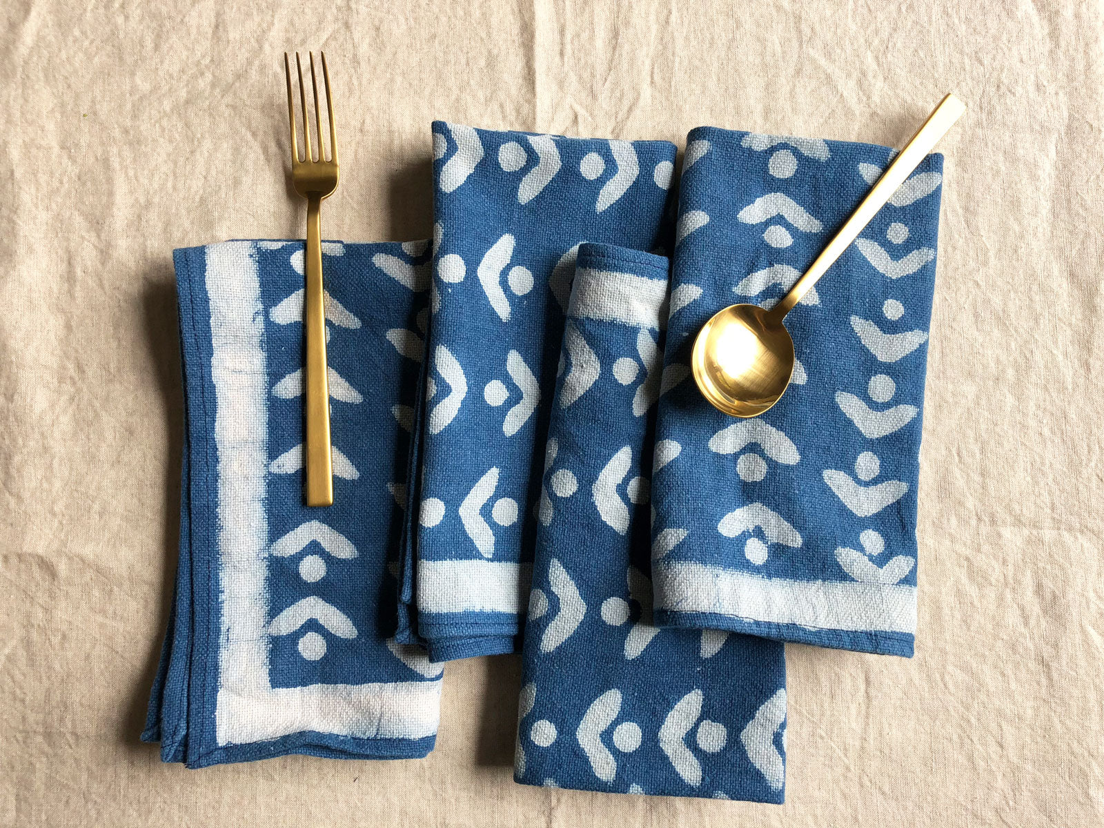SUNDAY/MONDAY's hand block printed Egret cloth napkins are printed and hand dyed in natural indigo blue. Colorful blue and white cloth napkin set.