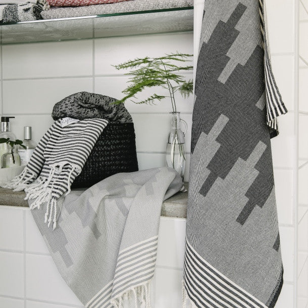 Wipe Me Off - Hand Towel,  Sur la montagne / Black