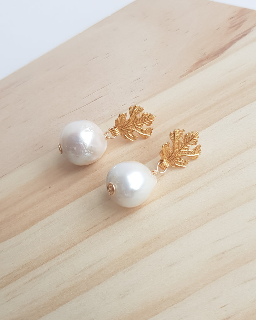 Meryl Earrings in gold with small white pearls