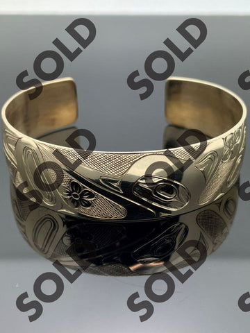 This beautifully hand carved 14 kt bracelet depicts the Hummingbird feeding on nectar.