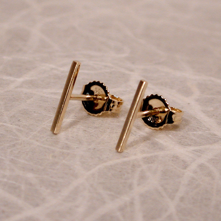 products oro studs classic sleek vrai line solid stud gold wearing earrings ecomm and model earring