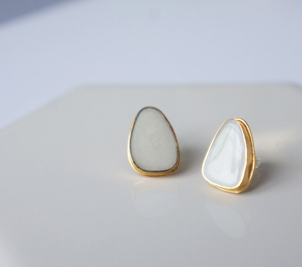 Zivanora-audacious_gold_button_earrings_mother-of-pearl
