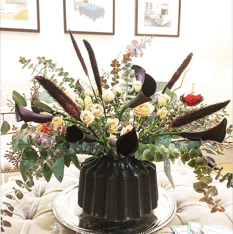black vase with black calla lillies and cappuccino roses