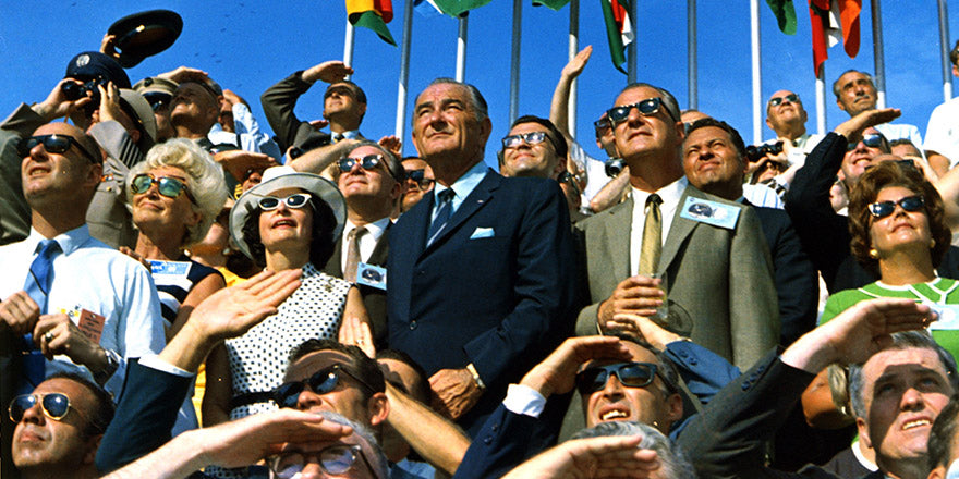 Spiro Agneau Lyndon Johnson and others watching the Apollo 1 liftoff
