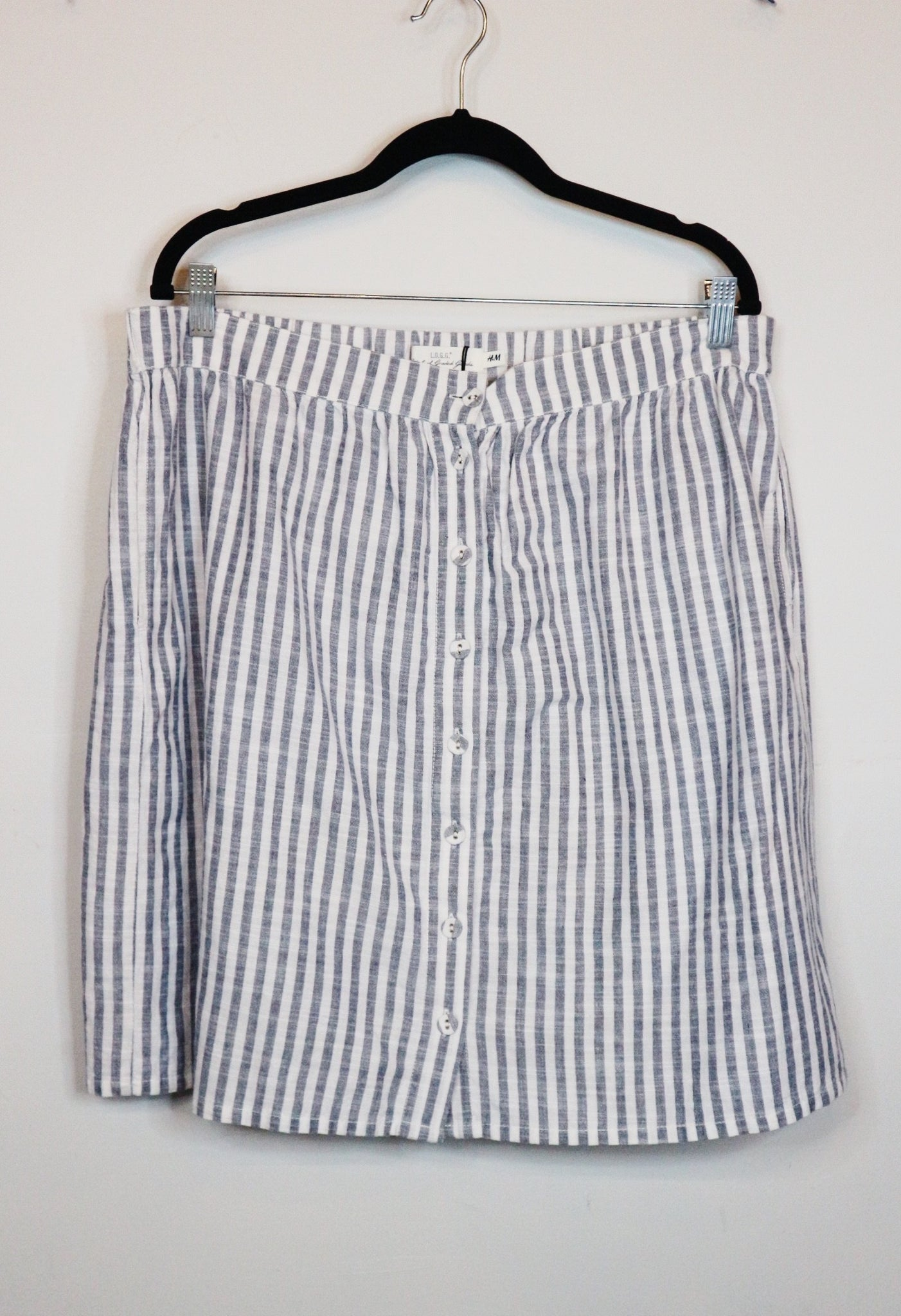 H&M white and black stripes buttoned skirt