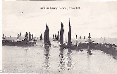 SMACKS LEAVING HARBOUR, LOWESTOFT - OLD POSTCARD (ref 6392/13)