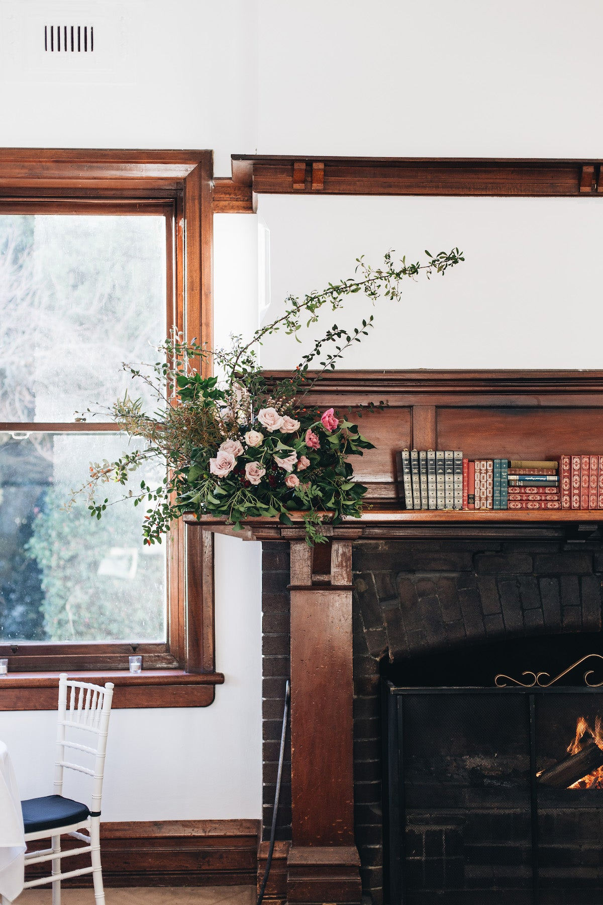 Ideas for decorating a fireplace with flowers