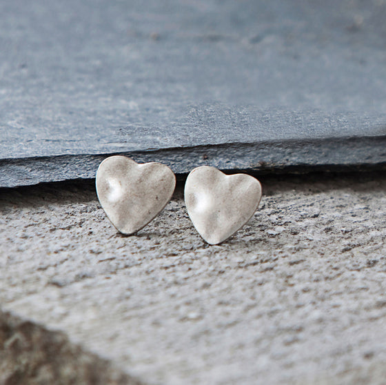 Tutti antique silver finish hammered heart stud earrings - Ellimonelli