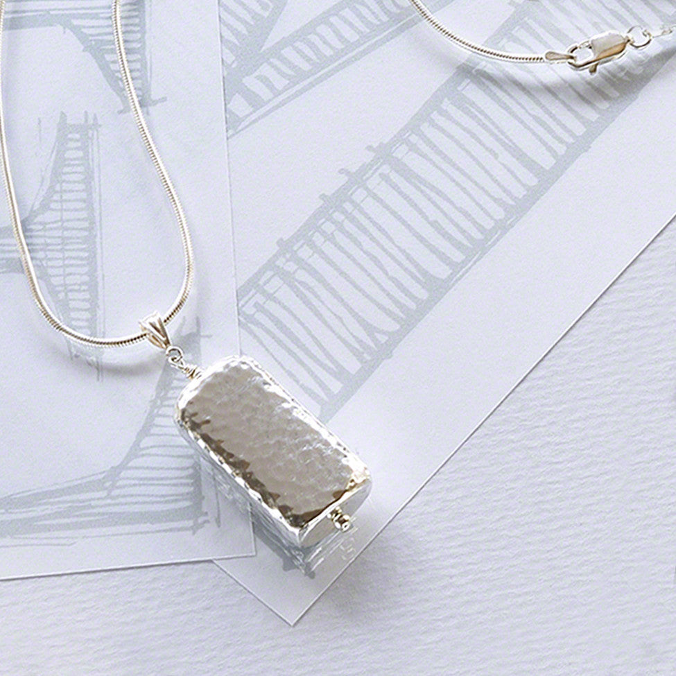 Iona 925 silver rectangular hammered pendant/chain by Elli