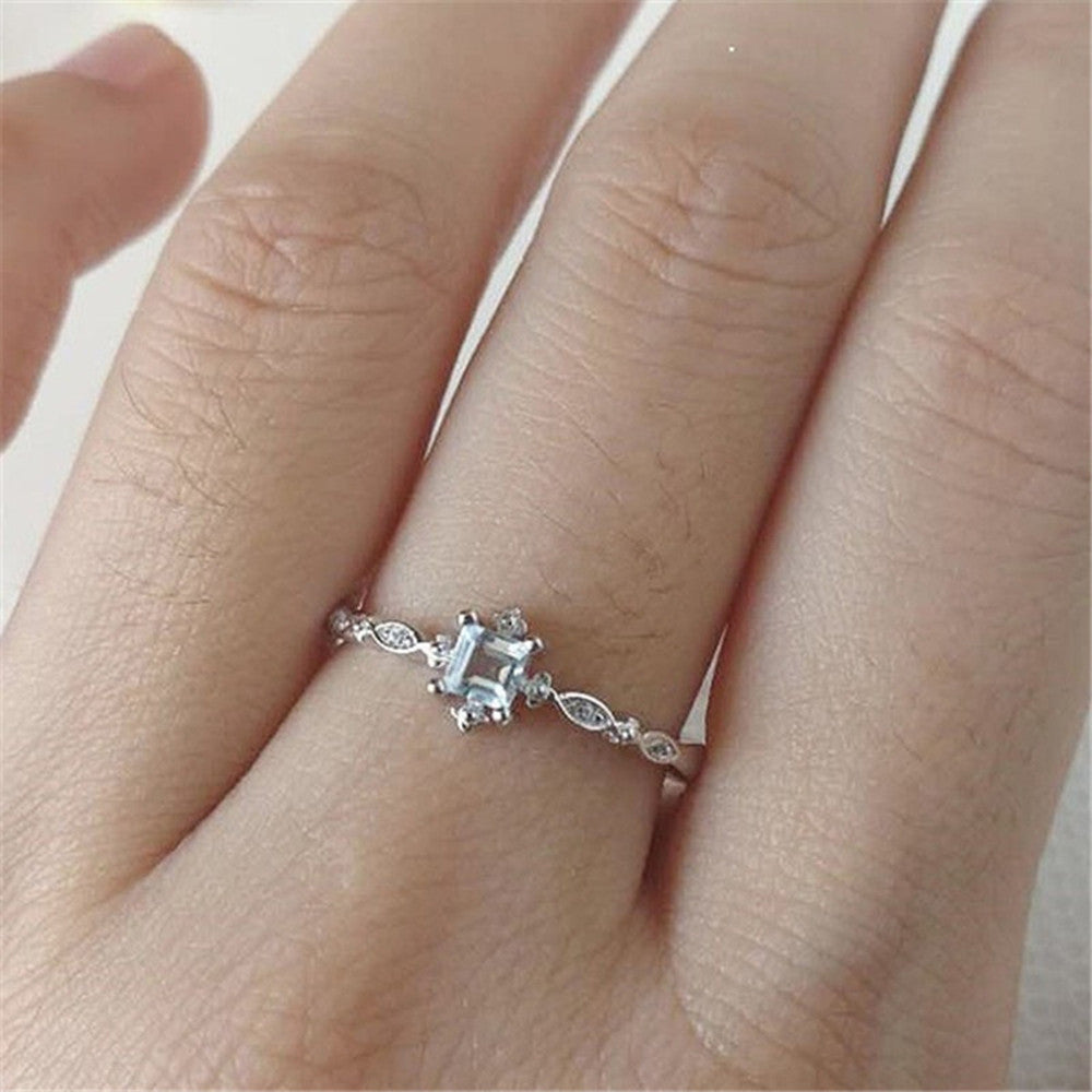 Women Vintage Beautiful White Diamond Silver Engagement Wedding Band Ring