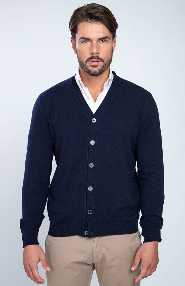 Cardigan 100% cashmere con lavorazione a un filo, bottoni in madreperla, color blu navy, davanti.