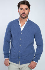 Cardigan in puro cashmere con bottoni in madreperla, color jeans, davanti.