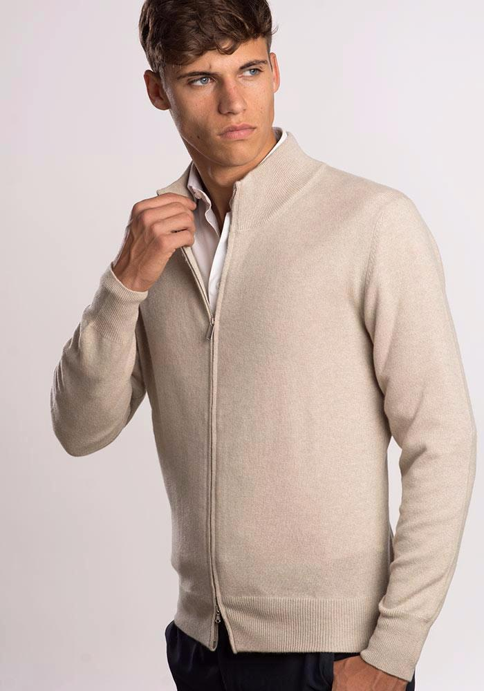 Cardigan 100% cashmere con zip, color beige, davanti.