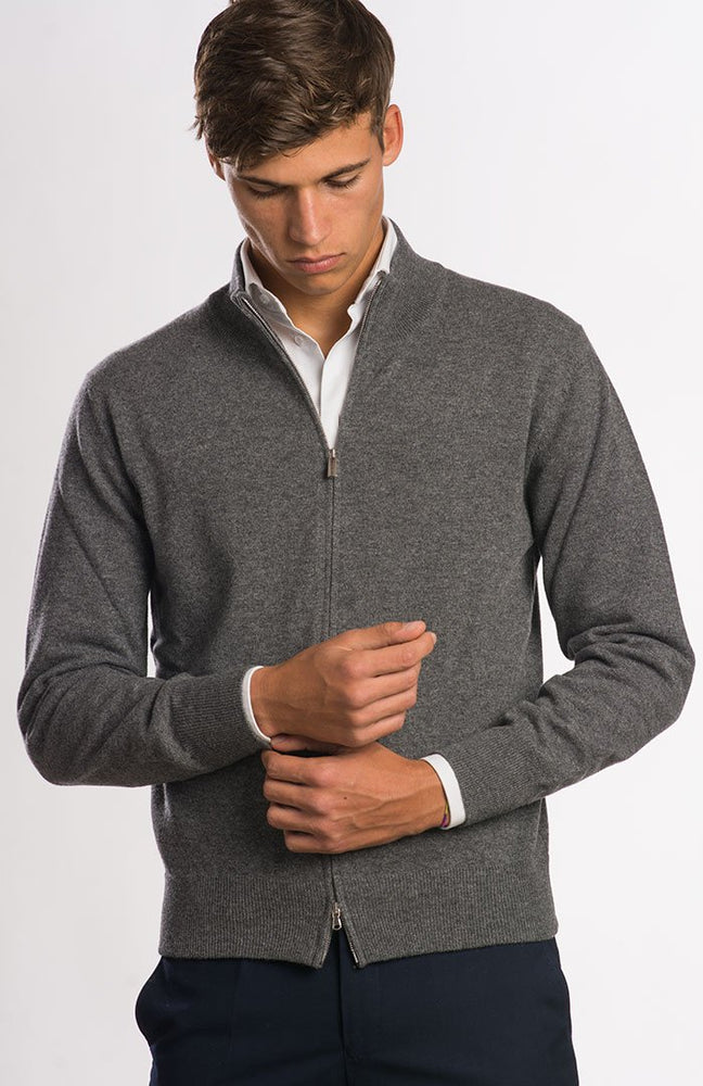 Cardigan in puro cashmere con zip color grigio scuro, davanti.