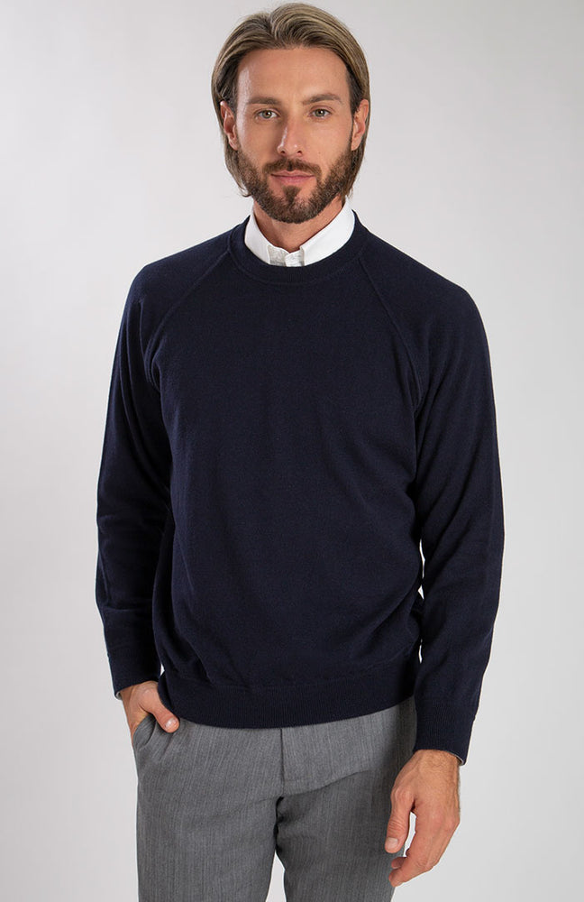 Felpa girocollo in puro cashmere color blu navy, davanti.