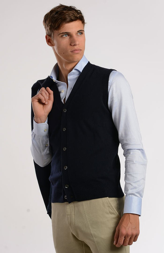 Gilet scollo v con bottoni 100% cashmere, color blu navy, davanti.