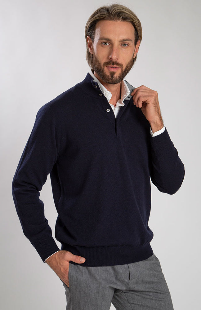 Lupetto bottoni 100% cashmere, color blu con interno colletto grigio chiaro, davanti.