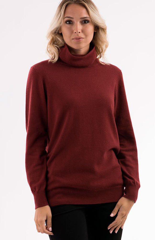 Maxi maglia collo camino in Puro Cashmere color bordeaux, vista da davanti.