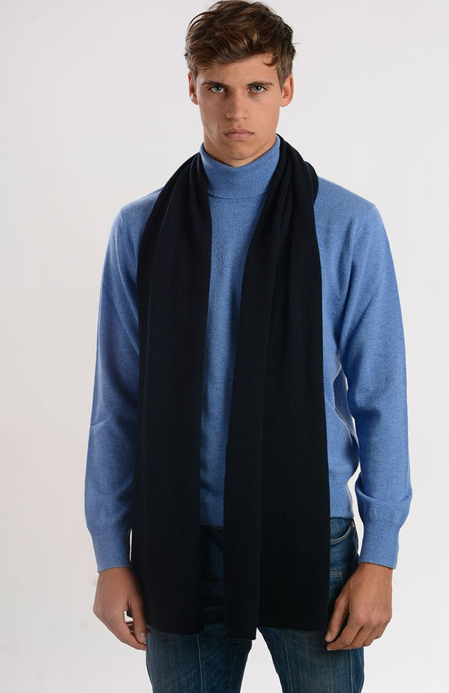 Sciarpa in puro cashmere color blu navy, davanti.