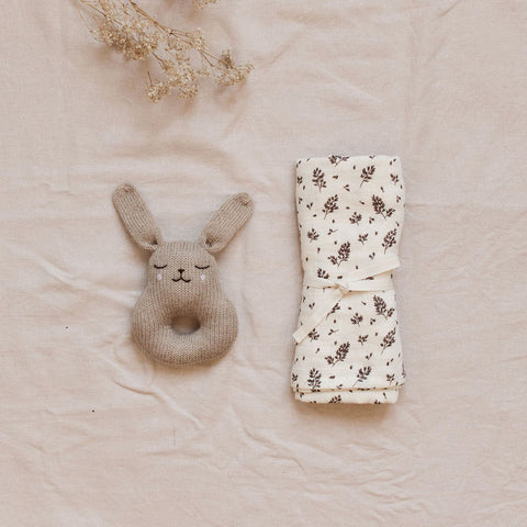 Main Sauvage gestrickte Baby Rassel Hase bei Yay Kids