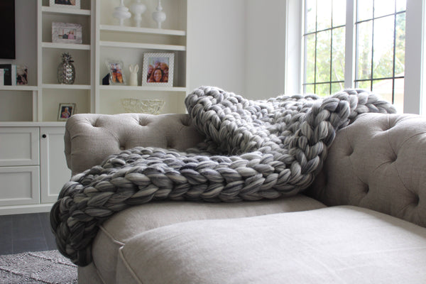 Blanket made from Mama Knows Luxury Big Yarn in Grey colour