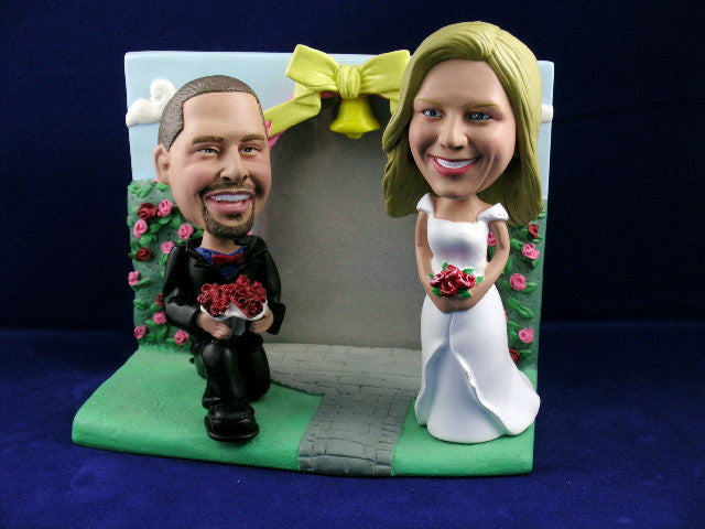 Bobblehead Rose garden Frame - Bended Knee
