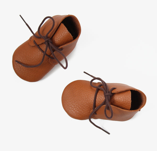 Soft-soled desert shoes in almond brown vegetable tanned leather with brown cotton laces.