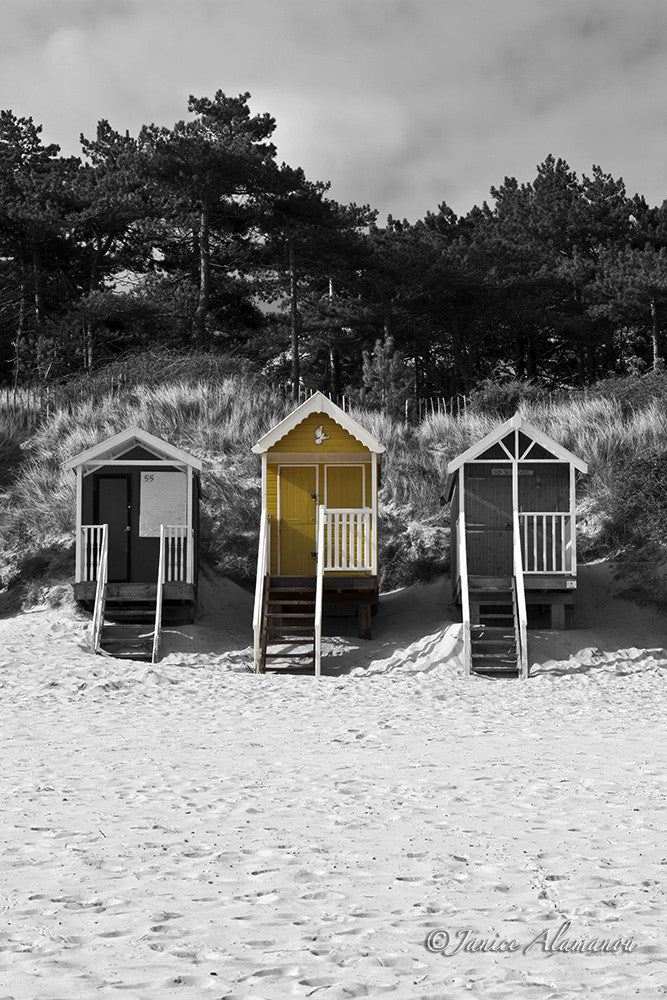 LBc639714 Yellow Beach hut